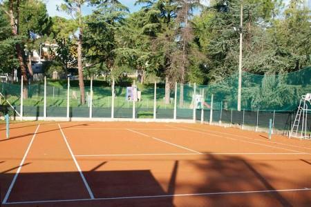 Campo da tennis in terra rossa